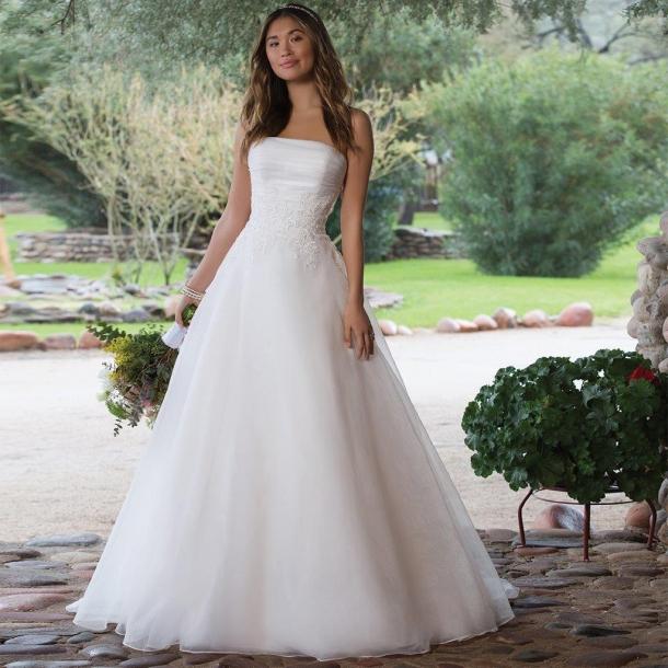 d1b1044512bd Prinsessebrudekjole i tyl og blonder 1149 fra Sweetheart hos Kennedys